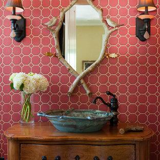 Exempel på ett klassiskt toalett, med ett fristående handfat och rosa kakel