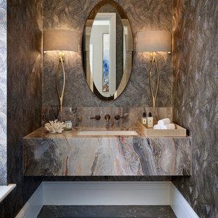 Exempel på ett mellanstort modernt toalett, med marmorgolv, ett undermonterad handfat och svart golv