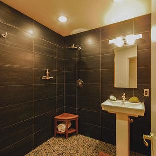 Идея дизайна: маленький туалет в современном стиле с черной плиткой, керамической плиткой, белыми стенами, полом из галечной плитки, раковиной с пьедесталом, коричневым полом и унитазом-моноблоком