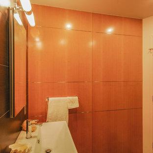 Неиссякаемый источник вдохновения для домашнего уюта: маленький туалет в современном стиле с черной плиткой, керамической плиткой, белыми стенами, полом из галечной плитки, раковиной с пьедесталом, коричневым полом и унитазом-моноблоком