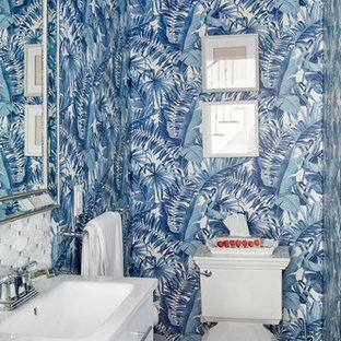Неиссякаемый источник вдохновения для домашнего уюта: маленький туалет в стиле современная классика с фасадами в стиле шейкер, белыми фасадами, раздельным унитазом, разноцветной плиткой, мраморной плиткой, синими стенами, полом из керамогранита, врезной раковиной, столешницей из искусственного кварца, белым полом и белой столешницей