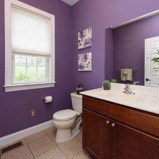 Klassische Gästetoilette mit Porzellan-Bodenfliesen, Granit-Waschbecken/Waschtisch und lila Wandfarbe in Philadelphia