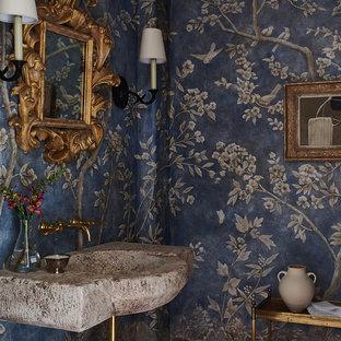 Idee per un bagno di servizio mediterraneo con pareti blu e lavabo sospeso