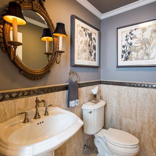 Aménagement d'un WC et toilettes classique de taille moyenne avec un WC séparé, un sol en travertin, un lavabo de ferme, un carrelage beige, du carrelage en travertin, un mur gris et un sol beige.