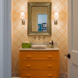 Пример оригинального дизайна: туалет в морском стиле с настольной раковиной, фасадами островного типа, оранжевыми фасадами и серой столешницей