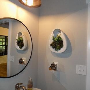 Mittelgroße Rustikale Gästetoilette mit Wandtoilette mit Spülkasten, grauer Wandfarbe, Laminat, Sockelwaschbecken und braunem Boden in Kolumbus
