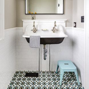 Неиссякаемый источник вдохновения для домашнего уюта: маленький туалет в классическом стиле с белой плиткой, полом из цементной плитки, подвесной раковиной, плиткой кабанчик, серыми стенами и разноцветным полом