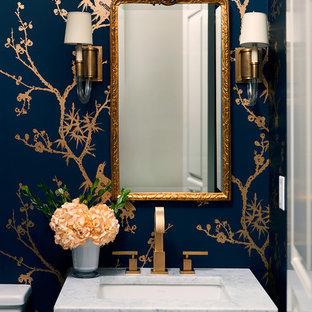 他の地域のトランジショナルスタイルのおしゃれなトイレ・洗面所 (マルチカラーの壁、アンダーカウンター洗面器、グレーの洗面カウンター、大理石の洗面台) の写真