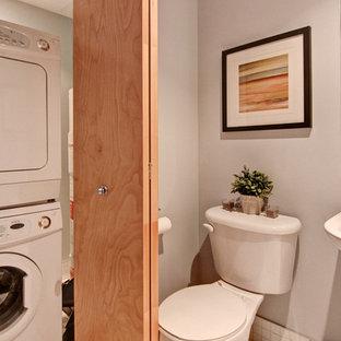 Kleine Industrial Gästetoilette mit Sockelwaschbecken, Wandtoilette mit Spülkasten, weißer Wandfarbe und Porzellan-Bodenfliesen in Montreal