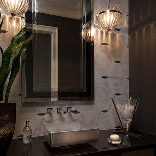 Пример оригинального дизайна: туалет среднего размера в современном стиле с плоскими фасадами, темными деревянными фасадами, серыми стенами, настольной раковиной и столешницей из меди