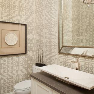 Esempio di un piccolo bagno di servizio classico con WC monopezzo, piastrelle multicolore, pavimento con piastrelle in ceramica, ante con riquadro incassato, pareti beige, lavabo a bacinella, top in cemento, ante bianche e top grigio