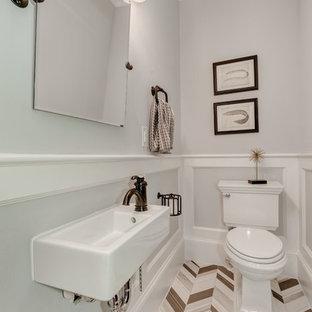 Exempel på ett mellanstort klassiskt badrum, med en toalettstol med separat cisternkåpa, flerfärgad kakel, stenkakel, grå väggar, kalkstensgolv och ett väggmonterat handfat
