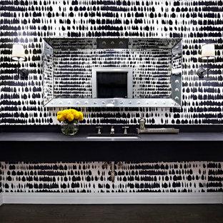 Стильный дизайн: огромный туалет в современном стиле с темным паркетным полом, врезной раковиной, разноцветными стенами, коричневым полом и черной столешницей - последний тренд