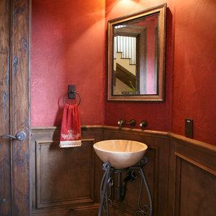 Inspiration pour un WC et toilettes méditerranéen avec un mur rouge.