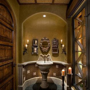 Ejemplo de aseo tradicional, grande, con lavabo con pedestal, baldosas y/o azulejos marrones, baldosas y/o azulejos en mosaico, paredes beige, suelo con mosaicos de baldosas y suelo verde