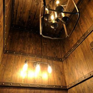 Imagen de aseo rural, pequeño, con armarios con paneles con relieve, puertas de armario de madera oscura, sanitario de una pieza, paredes marrones, suelo de ladrillo, lavabo integrado y suelo rojo