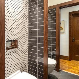 Idee per un piccolo bagno di servizio moderno con ante lisce, ante in legno bruno, WC monopezzo, pistrelle in bianco e nero, piastrelle in ceramica, pareti bianche, pavimento con piastrelle in ceramica, lavabo a bacinella, top in legno, pavimento nero e top marrone