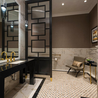 Удачное сочетание для дизайна помещения: туалет в стиле современная классика с врезной раковиной, разноцветной плиткой и коричневыми стенами - самое интересное для вас