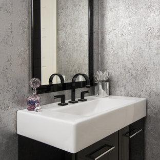 Idées déco pour un WC et toilettes contemporain avec un lavabo intégré, un placard à porte plane et des portes de placard noires.