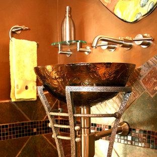 Immagine di un piccolo bagno di servizio boho chic con WC a due pezzi, piastrelle multicolore, piastrelle a mosaico, pareti marroni e lavabo a bacinella