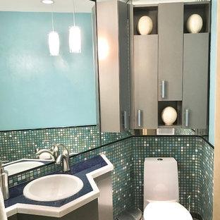 Idee per un piccolo bagno di servizio eclettico con ante lisce, ante grigie, WC monopezzo, piastrelle blu, piastrelle a mosaico, pavimento in travertino, lavabo da incasso, top in granito, pavimento beige, top blu e pareti multicolore