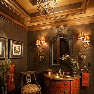 Foto på ett stort vintage toalett, med släta luckor, röda skåp, grå väggar, ett nedsänkt handfat, bänkskiva i akrylsten och mellanmörkt trägolv