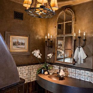 Foto di un piccolo bagno di servizio american style con pareti marroni, lavabo integrato, top in rame, piastrelle multicolore, pavimento multicolore, pavimento con piastrelle a mosaico e top marrone