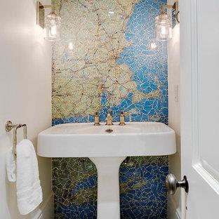 Свежая идея для дизайна: туалет в морском стиле с синей плиткой, зеленой плиткой, плиткой мозаикой, бежевыми стенами, раковиной с пьедесталом и бежевым полом - отличное фото интерьера