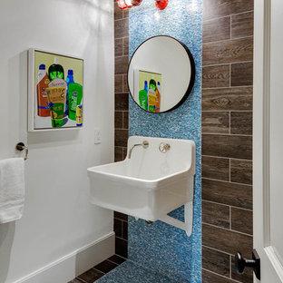 Пример оригинального дизайна: туалет в морском стиле с синей плиткой, коричневой плиткой, подвесной раковиной и разноцветным полом