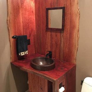 Пример оригинального дизайна: маленький туалет в стиле рустика с бежевыми стенами, полом из керамической плитки, настольной раковиной, столешницей из дерева, бежевым полом и красной столешницей