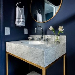 Пример оригинального дизайна: маленький туалет в современном стиле с раздельным унитазом, плиткой мозаикой, синими стенами, врезной раковиной, мраморной столешницей и серой плиткой