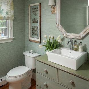 Inspiration pour un WC et toilettes traditionnel de taille moyenne avec un placard en trompe-l'oeil, des portes de placards vertess, un mur vert, un sol en bois brun, une vasque, un sol marron, un plan de toilette vert et meuble-lavabo encastré.