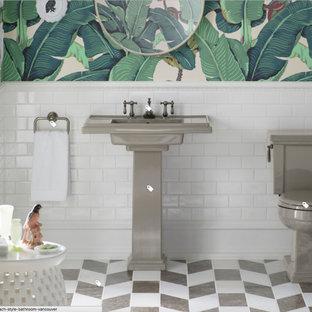 Cette photo montre un WC et toilettes exotique de taille moyenne avec un WC séparé, un carrelage blanc, un carrelage métro, un mur multicolore, un sol en marbre, un lavabo de ferme et un sol multicolore.