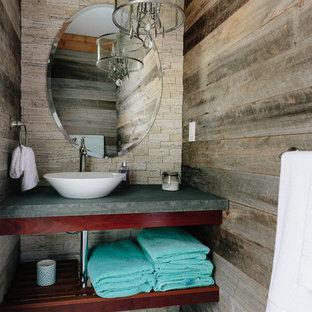 Foto på ett rustikt toalett, med öppna hyllor, skåp i mörkt trä, flerfärgade väggar, ett fristående handfat och flerfärgat golv