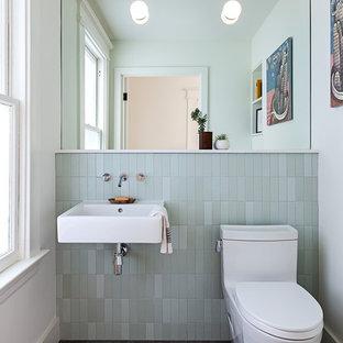 Exemple de WC et toilettes tendance avec un placard sans porte, un WC à poser, un carrelage vert, un carrelage métro, un mur blanc, un sol en bois foncé, un lavabo suspendu et un sol noir.