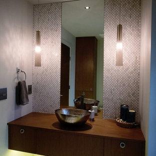 Foto di un piccolo bagno di servizio moderno con lavabo a bacinella, top in legno, piastrelle bianche, piastrelle a mosaico, pareti grigie, pavimento in gres porcellanato, ante lisce, ante in legno bruno, top marrone e pavimento bianco