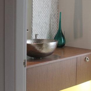 Неиссякаемый источник вдохновения для домашнего уюта: маленький туалет в стиле модернизм с плоскими фасадами, темными деревянными фасадами, белой плиткой, плиткой мозаикой, серыми стенами, полом из керамогранита, настольной раковиной, столешницей из дерева, белым полом и коричневой столешницей