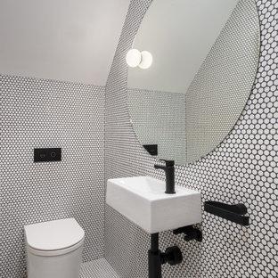 シドニーのコンテンポラリースタイルのおしゃれなトイレ・洗面所 (白いタイル、モザイクタイル、モザイクタイル、壁付け型シンク、白い床、三角天井) の写真