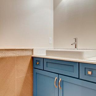 Idées déco pour un WC et toilettes classique de taille moyenne avec un placard à porte shaker, des portes de placard bleues, un mur gris, un sol en bambou, un lavabo posé, un plan de toilette en quartz modifié, un sol marron et un plan de toilette gris.