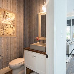 Esempio di un bagno di servizio stile marinaro di medie dimensioni con ante con riquadro incassato, ante grigie, pareti grigie, lavabo a bacinella, top in legno e top marrone