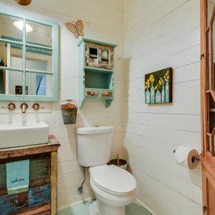 На фото: маленький туалет в стиле кантри с настольной раковиной, фасадами островного типа, искусственно-состаренными фасадами, столешницей из дерева, раздельным унитазом, белыми стенами, деревянным полом и коричневой столешницей с