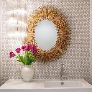Стильный дизайн: туалет в стиле ретро с подвесной раковиной, белыми стенами и плиткой мозаикой - последний тренд