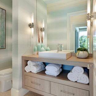 Стильный дизайн: туалет в морском стиле с плоскими фасадами, светлыми деревянными фасадами, разноцветными стенами, настольной раковиной, столешницей из дерева, бежевым полом и бежевой столешницей - последний тренд