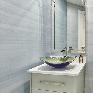 Immagine di un bagno di servizio costiero di medie dimensioni con ante lisce, ante grigie, pareti blu, lavabo a bacinella, pavimento beige, top bianco, pavimento in travertino e top in quarzite