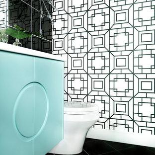 Idées déco pour un petit WC et toilettes rétro avec un placard en trompe-l'oeil, des portes de placard turquoises, un carrelage noir, des carreaux de porcelaine, un mur noir, un sol en carrelage de porcelaine, un lavabo encastré, un plan de toilette en quartz et un sol gris.