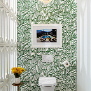 Bild på ett 60 tals toalett, med en vägghängd toalettstol, klinkergolv i porslin, flerfärgade väggar och beiget golv