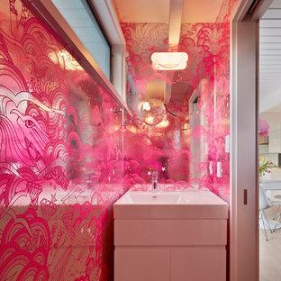 Imagen de aseo retro con lavabo integrado, armarios con paneles lisos y puertas de armario blancas