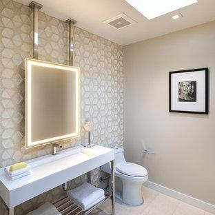 Пример оригинального дизайна: туалет среднего размера в современном стиле с открытыми фасадами, унитазом-моноблоком, бежевой плиткой, керамической плиткой, бежевыми стенами, полом из керамогранита, раковиной с несколькими смесителями и серым полом