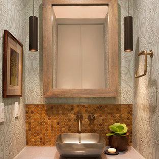 Idee per un bagno di servizio contemporaneo con ante in legno chiaro, piastrelle marroni, pareti blu, pavimento con piastrelle in ceramica, lavabo a bacinella, top in cemento e top grigio
