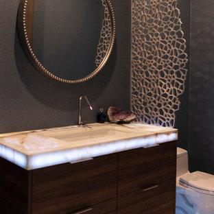 Idee per un piccolo bagno di servizio design con ante lisce, ante in legno bruno, WC monopezzo, pareti blu, pavimento in marmo, lavabo sottopiano, top in onice, pavimento grigio e top grigio